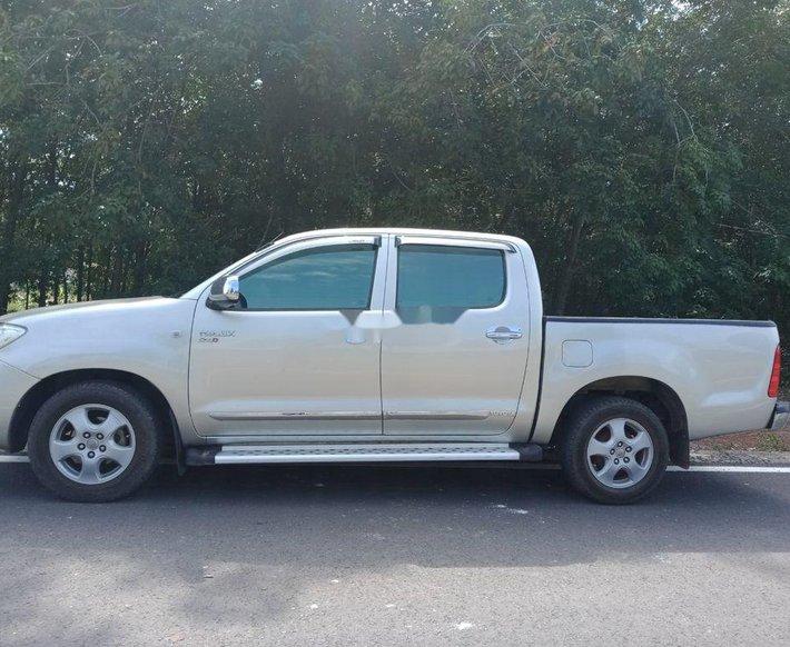 Bán Toyota Hilux sản xuất 2011, màu bạc còn mới0