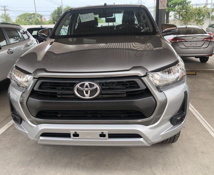 Bán Toyota Hilux 2.5E 4x2 MT số sàn - màu bạc, giao ngay0