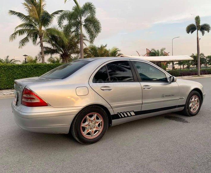 Bán xe Mercedes C180 đời 2002, màu bạc còn mới giá cạnh tranh 125tr0