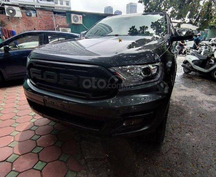 Cần bán xe Ford Everest 4x2 Titanium 2019, màu đen xám0