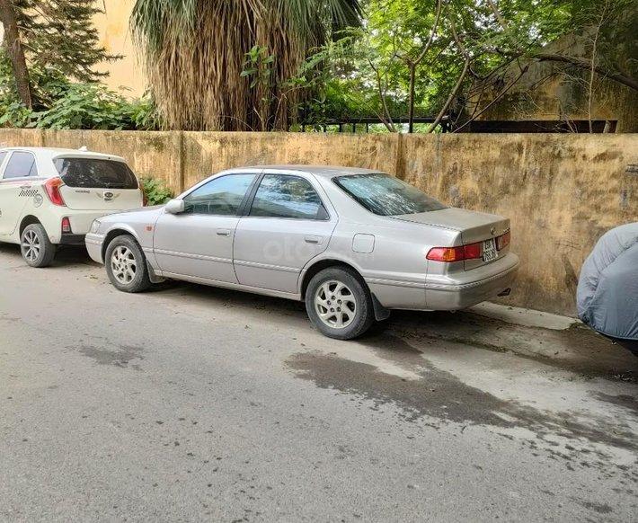 Cần bán xe Toyota Camry năm 2000, giá tốt0