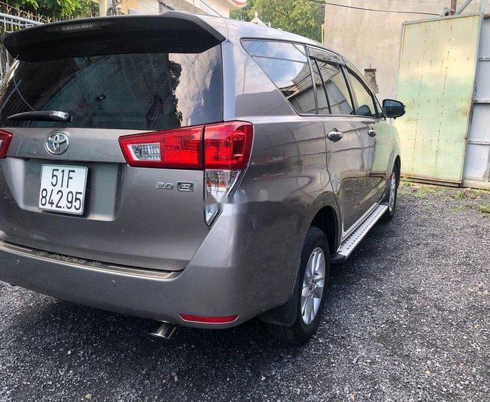 Cần bán Toyota Innova năm sản xuất 2016, màu xám0