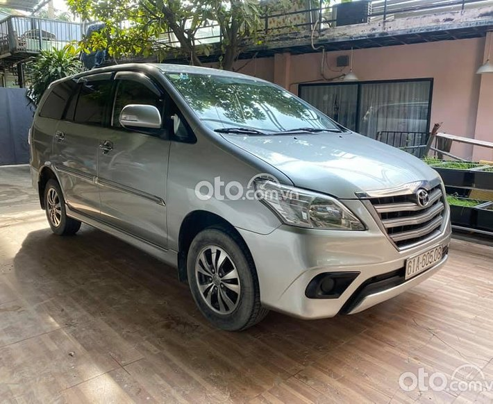 Cần bán xe Toyota Innova sản xuất năm 2016, màu bạc số sàn0