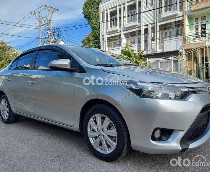 Cần bán lại xe Toyota Vios đời 2017, màu bạc số tự động0