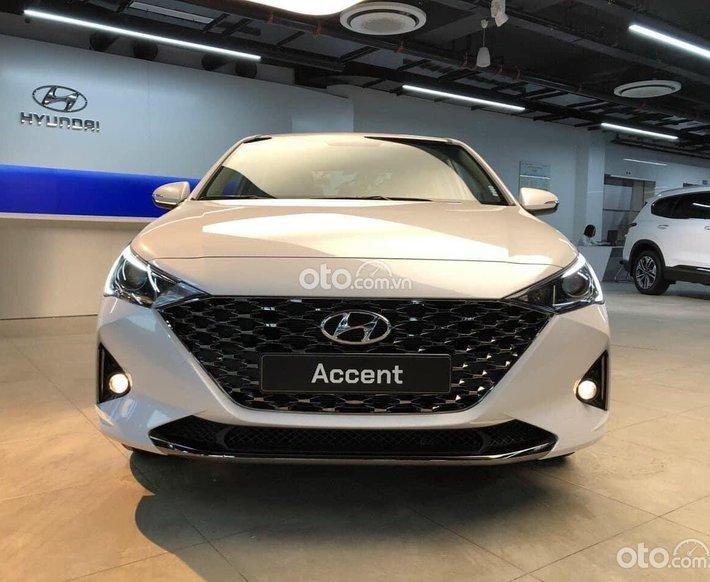 Cần bán Hyundai Accent đời 2021, màu trắng, 426tr0