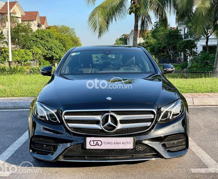 Cần bán gấp Mercedes E300 AMG 2016, màu đen0
