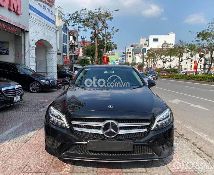 Cần bán Mercedes C200 FaceLift sản xuất 2019, màu đen, hỗ trợ bank 75%0