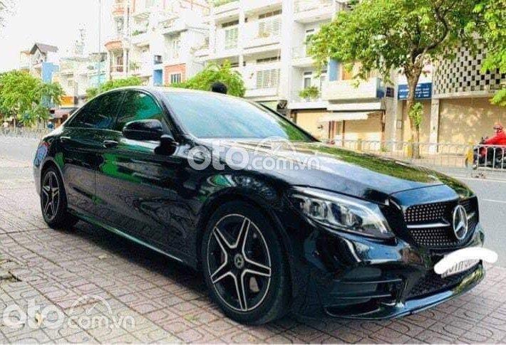 Cần bán gấp Mercedes C300 đời 2018, màu đen0