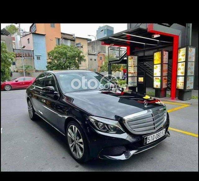Cần bán xe Mercedes C250 sản xuất năm 2017, màu đen0