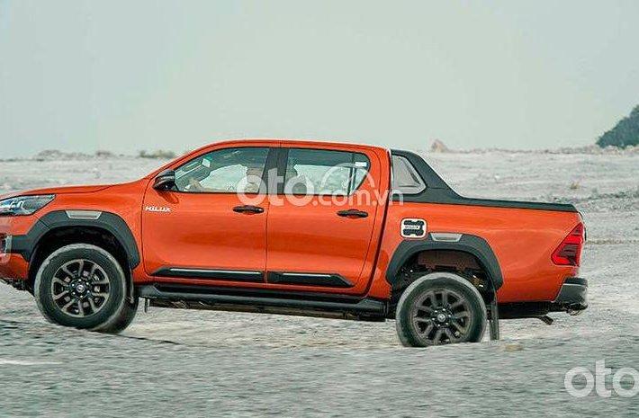 Bán ô tô Toyota Hilux 2.4L 4X2 MT đời 2021, màu cam0