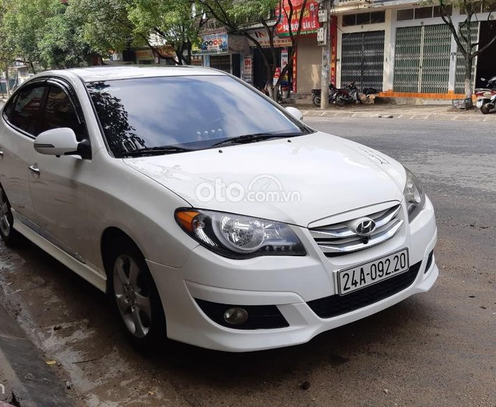 Chính chủ cần bán xe Hyundai Avante sản xuất 2012 màu trắng giá hợp lí0