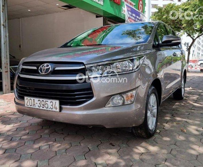 Cần bán gấp Toyota Innova đời 2017, màu xám số tự động0