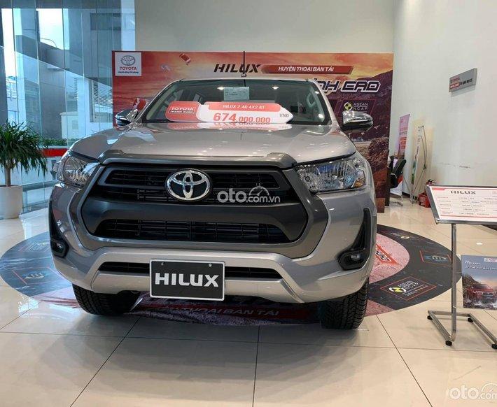 Bán ô tô Toyota Hilux AT đời 2021, màu bạc giá cạnh tranh0