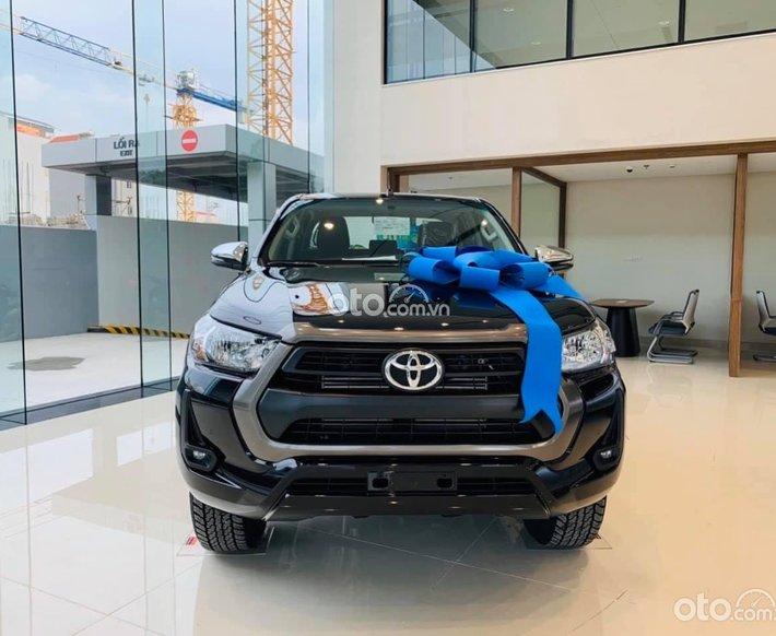 Bán Toyota Hilux AT đời 2021, màu đen, giá tốt0