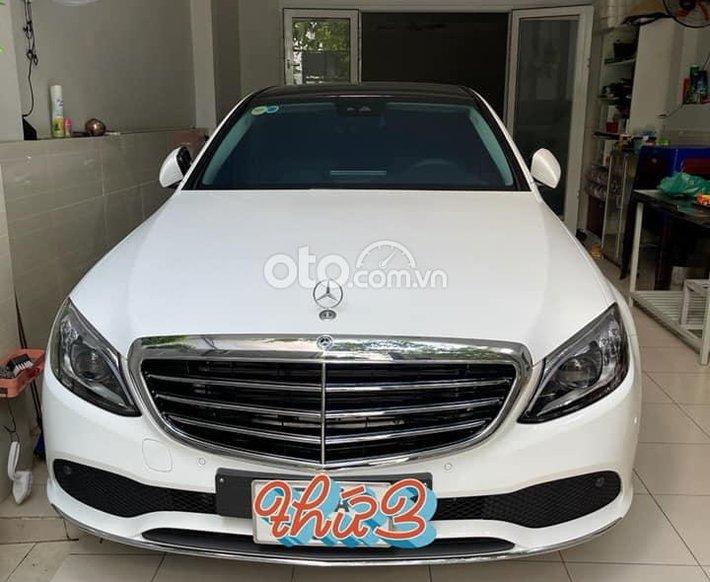 Cần bán xe Mercedes C200 Exclusive đời 2020, màu trắng0