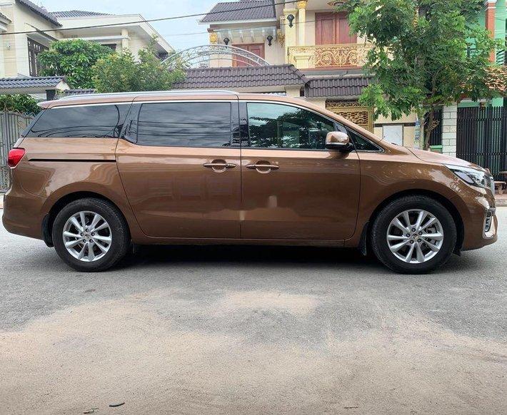 Cần bán xe Kia Sedona sản xuất 2019, màu nâu chính chủ0
