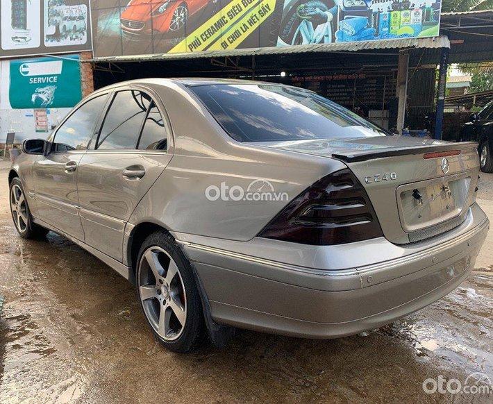 Cần bán xe Mercedes C240 sản xuất năm 2004, màu bạc còn mới0