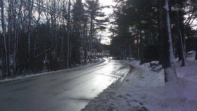 Trong điều kiện đường ướt hay mặt đường băng tuyết, khoảng cách phanh sẽ tăng.
