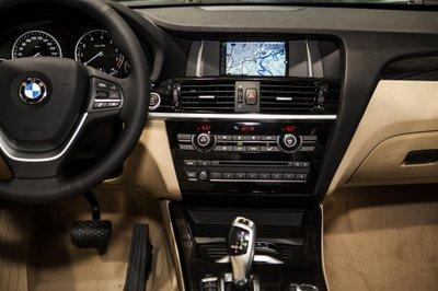 Màn hình trung tâm 6,5'''''''''''''''' của BMW X3 được thiết kế nổi bật hơn với 2 đường viền crom cách điệu,.