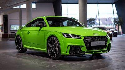 Audi TT RS 2017 sử dụng động cơ tăng áp 2.5 lít, 5 xi-lanh thẳng hàng, cho sức mạnh 400 mã lực.