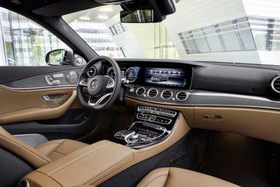 Mercedes E-Class 2017 có nhiều trang bị hiện đại, nổi bật.
