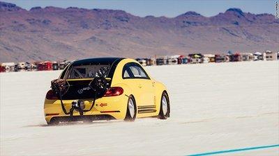 Chiêm ngưỡng Volkswagen Beetle rú ga, phá kỉ lục tốc độ 330 km/h 2
