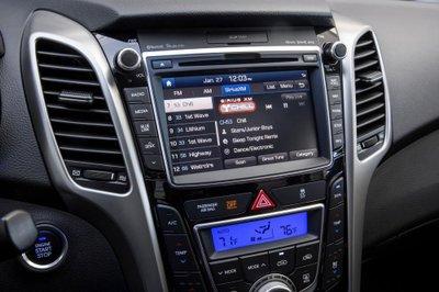 Hyundai Elantra GT 2017 ra mắt, giá từ 18.800 USD a10
