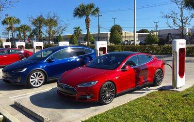 Consumer Reports tăng điểm cho Tesla nhờ phanh tự động.