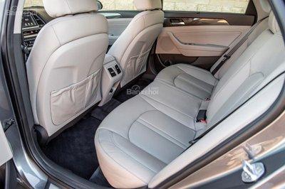 Nhược điểm của Hyundai Sonata 2019: Không gian để chân của hàng ghế sau hơi chật z