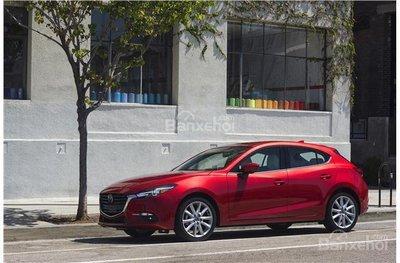 Mazda 3 2018 nắm giữ lợi thế về giá bán hấp dẫn hơn Honda Civic.