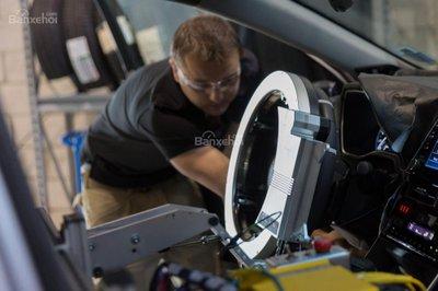 Toyota chế tạo robot lái thử nghiệm xe - 1