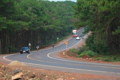 Kinh nghiệm lái xe ô tô đường dài an toàn là di chuyển đúng làn đường.