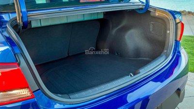Khoang chứa đồ của biến thể sedan khá hẹp z