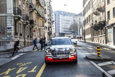 Audi e-Tron sẽ vượt mặt ô tô Tesla về tốc độ sạc điện 2a