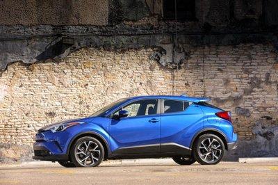 Toyota C-HR LE 2019 mới ra mắt với giá từ 22.000 USD - Ảnh 1.