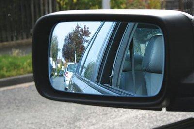 Sử dụng gương cầu nhỏ dán trên kính chiếu hậu có thể giúp bạn căn lề tốt hơn.