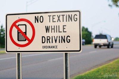 Không dùng điện thoại khi lái xe