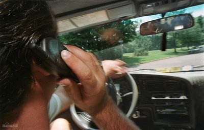 7 thói quen gây xao nhãng khi lái xe ô tô: Nghe điện thoại z