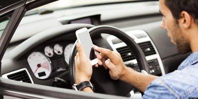 7 thói quen gây xao nhãng khi lái xe ô tô: Nhắn tin, lướt mạng xã hội z