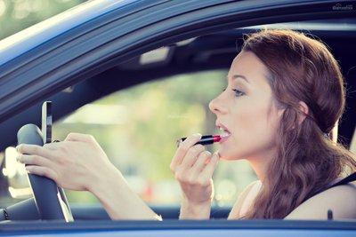 7 thói quen gây xao nhãng khi lái xe ô tô: Trang điểm z