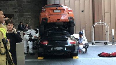 Chiếc xe Porsche 911 va chạm, rúc thẳng vào đuôi xe Subaru .