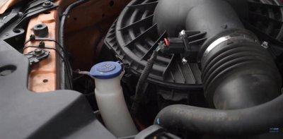 Cách thay nước rửa kính ô tô tại nhà.