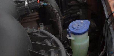 Cách thay nước rửa kính ô tô tại nhà 3