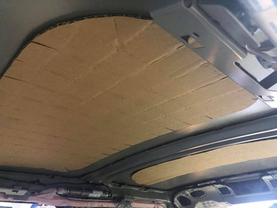 Không chỉ có tấm chắn nắng trên xe Toyota, trần xe Mini Cooper S cũng được ốp bằng bìa các-tông 1