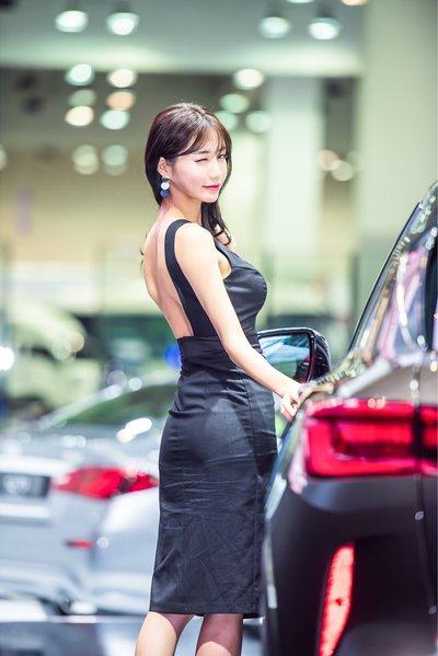 Ngắm dàn người mẫu xinh như hotgirl tại triển lãm Busan 2018 9.