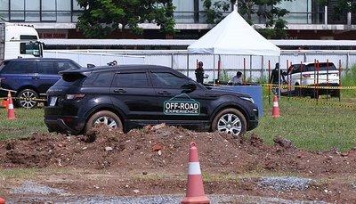 Dàn xe Land Rover hàng chục tỷ lội bùn trải nghiệm ở Hà Nội2