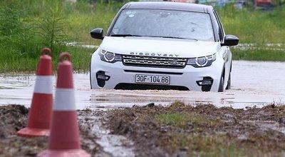 Dàn xe Land Rover hàng chục tỷ lội bùn trải nghiệm ở Hà Nội7