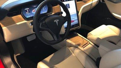 Tesla lỗi hệ thống, vô tình bán cho khách Model S cực lạ.
