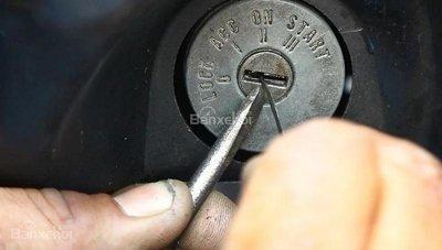 Cách lấy chìa khóa ô tô gãy ra khỏi ổ khóa