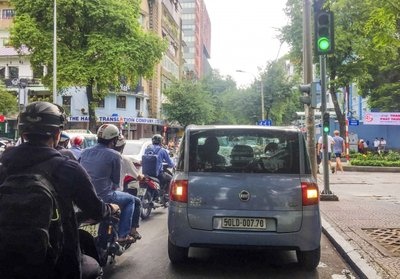 Đèn xanh không đi, tài xế ô tô bị phạt bao nhiêu tiền?